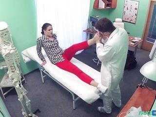 Порно на приеме у врача с мужем