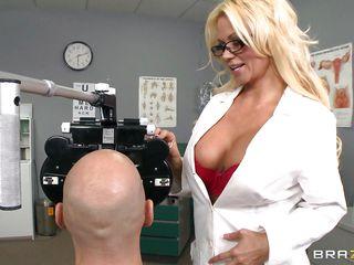 Порно доктор трахнул