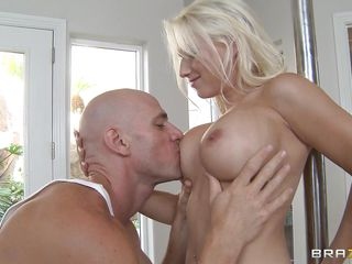 Порно блондинка сосет