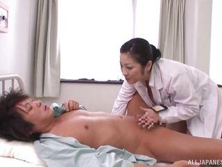 Кончил медсестре на лицо